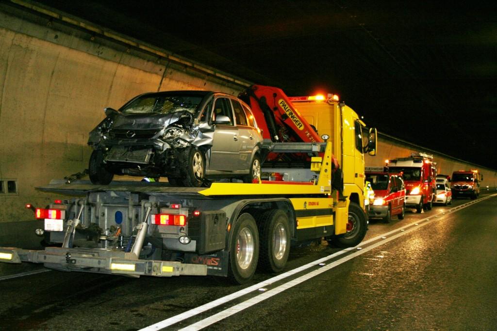 """Unfall im """"Isla Bella""""-Tunnel in Rothenbrunnen auf der A13 (Polizeifotos: Kapo Graubünden)"""