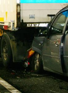 Nach Lkw-Panne ereignete sich noch ein Unfall, berichtet die Kapo Graubünden (Polizeifotos: Kapo)