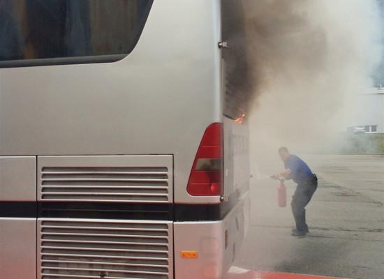 Cazis-Unterrealta: Reisebus brennt bei Polizeikontrolle aus