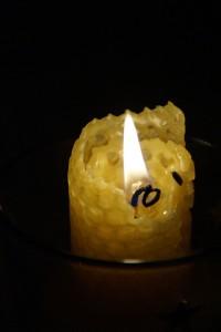 Paraffin- oder Bienenwachskerzen können gezogen werden. (Symbolbild)