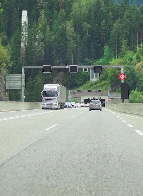 Infolge von diesen Arbeiten zur Erhöhung der Tunnelsicherheit des Tunnels Crapteig (Bild: Astra) muß die Nationalstraße zwischen Rongellen und Thusis-Süd bis Mitte Juni in beiden Richtungen gesperrt und umgeleitet werden.