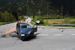 Rothenbrunnen: Unfall auf Kreuzung fordert zwei Verletzte. (Foto: Kantonspolizei Graubünden)