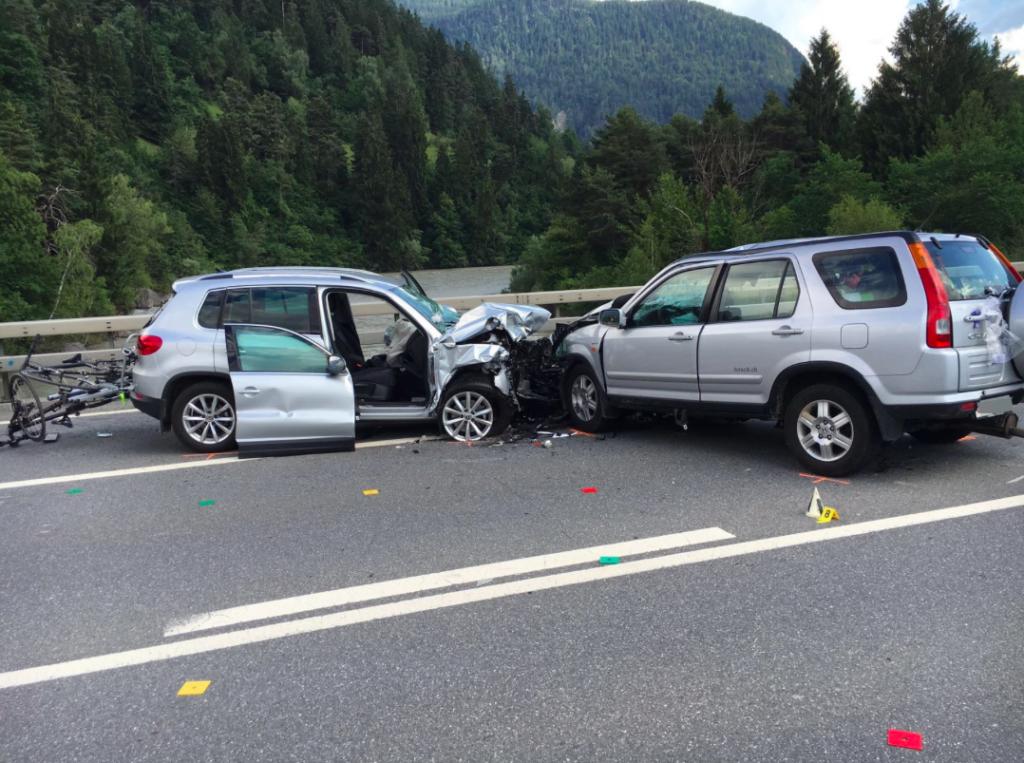 Wer kann Angaben machen zu dem schweren Verkehrsunfall auf der A13 vom Freitag? Die Kapo Graubünden sucht Unfallzeugen. (Foto: Kapo)