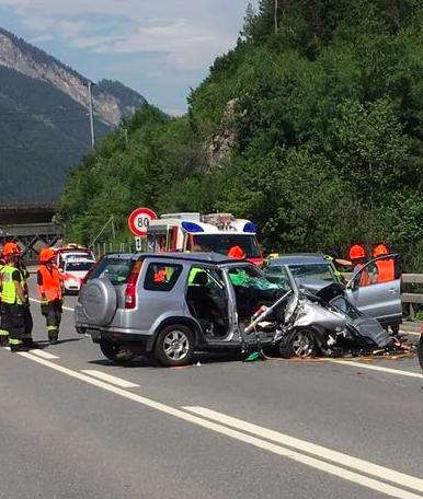 Auf der A13 in Bonaduz ereignete sich am Freitag des 24. Juni 2016 ein schwerer Unfall. Die Kantonspolizei Graubünden sucht Zeugen. (Fotos: Kapo GR)