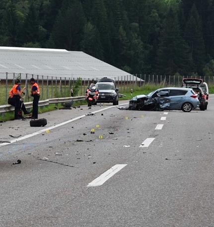Unfall auf der A13 bei Zillis (Polizeifotos: Kapo Graubünden)