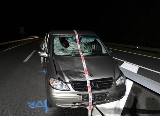 Rothenbrunnen: Fußgänger auf A13 +++ Mann tödlich verletzt