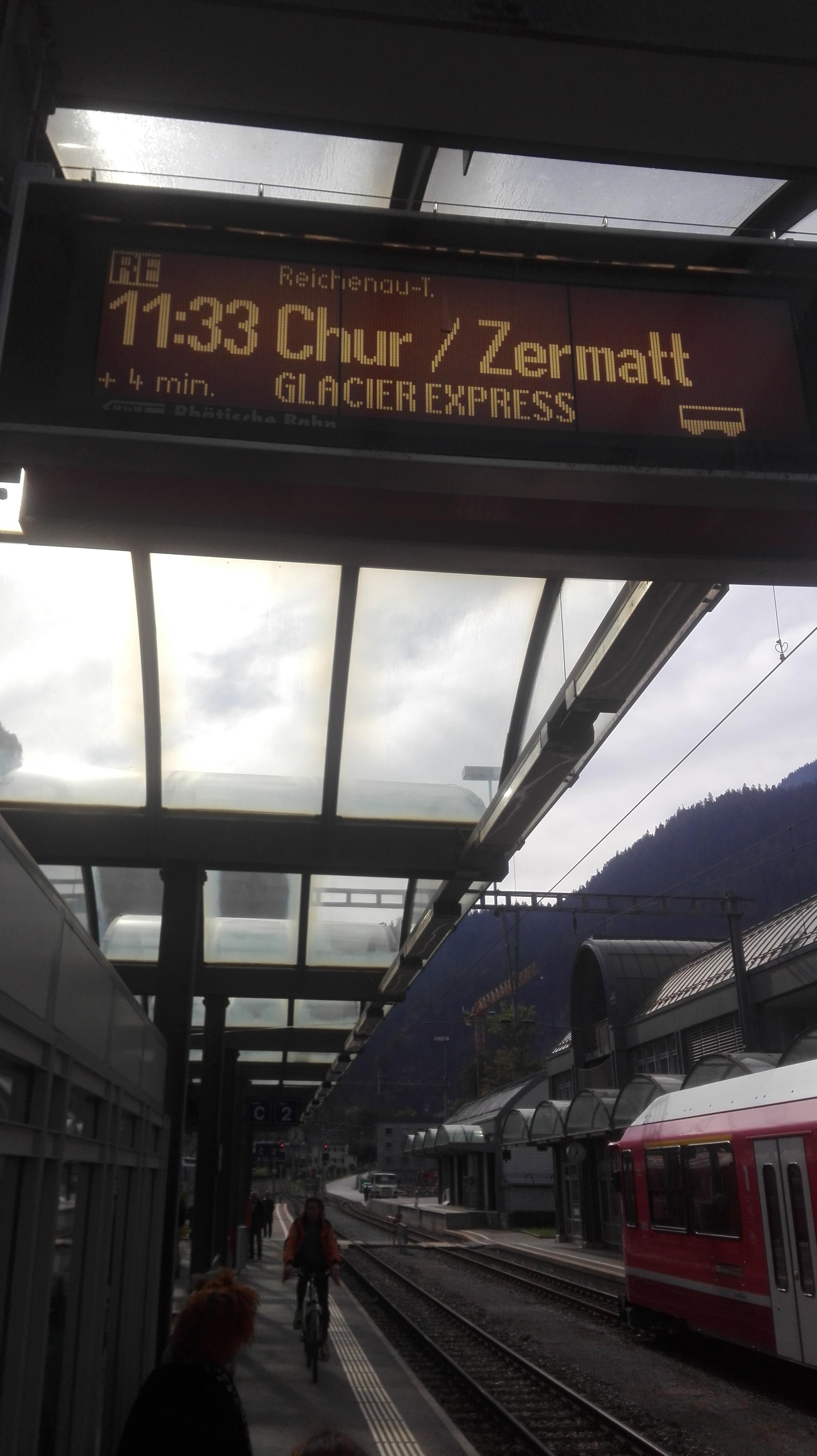 """Der Gletscherexpreß (""""glacier express"""") hat als einzigen Halt im Tal den Bahnhof Thusis (Foto: DZ)"""
