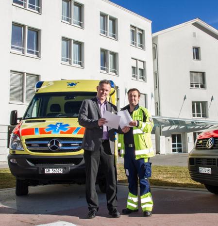 Spitaldirektor Reto Keller bespricht mit dem Betrieblichen Leiter Anästhesie und Rettung, Ebbo Aalders, das Konzept für den neuen Rettungsstützpunkt Bergün.
