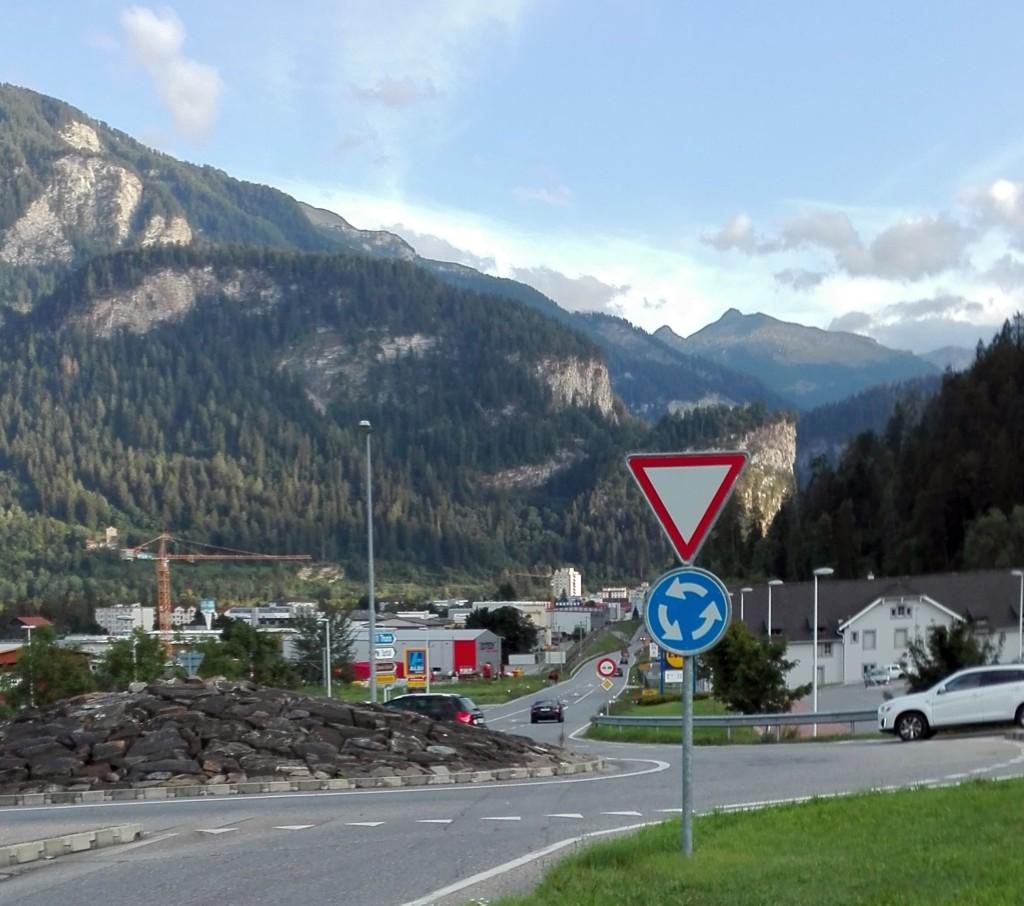 Der Weg zu Aldi Domleschg von Summaprada / Cazis (vorne) und Savusch / Schauenberg (rechts) her fotografiert (Foto: DZ)